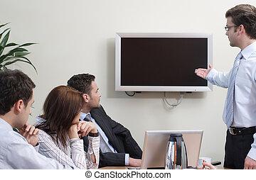 uomo, fabbricazione, presentazione, su, schermo a plasma