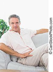 uomo, felice, suo, rilassante, divano