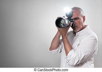 uomo, flash., lavorativo, mirrorless, macchina fotografica, maturo, usando, professionale, italiano, europeo