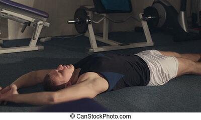 uomo forte, giacendo pavimento, e, fare, esercizi addominali