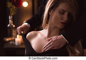 uomo, gentilmente, spogliando, uno, donna