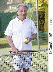 uomo gioca tennis, e, sorridente