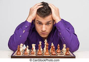 uomo, gioco scacchi esegue, bianco, fondo., closeup, di, giovane, testa tiene