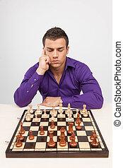 uomo, gioco scacchi esegue, bianco, fondo., pensieroso, giovane, pensare, sopra, spostare
