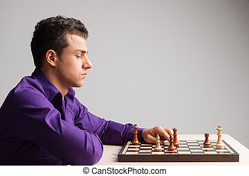 uomo, gioco scacchi esegue, bianco, fondo., vista laterale, su, di, giovane, spostamento, pezzo