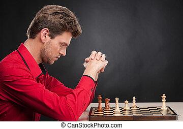 uomo, gioco scacchi esegue, su, nero, fondo., concentrati, giovane, gioco scacchi esegue