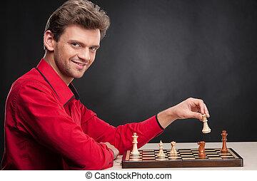 uomo, gioco scacchi esegue, su, nero, fondo., sorridente, giovane, gioco scacchi esegue