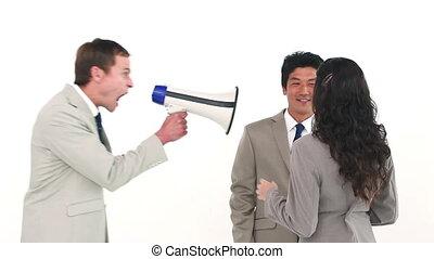 uomo, gridare, attraverso, uno, megafono, a, suo, colleghi lavoro
