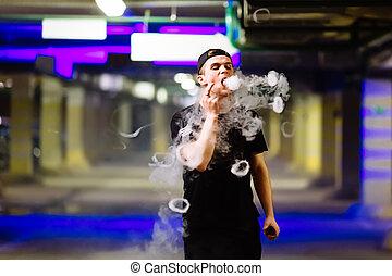 uomo, in, berretto, fumo, un, elettronico, sigaretta, e,...
