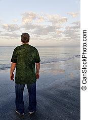 uomo, in, camicia verde, a, il, oceano