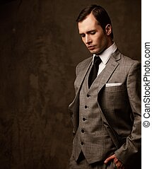 uomo, in, grigio, suit.