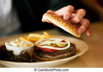 uomo, in, ristorante, mangiare, hamburger