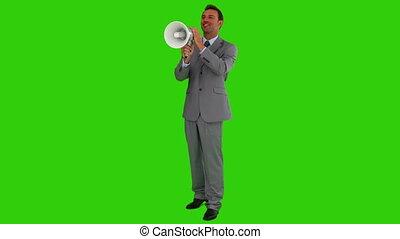 uomo, in, uno, abito grigio, gridare, attraverso, uno, megafono
