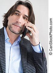 uomo, in, uno, checkered, completo, comunicando telefono