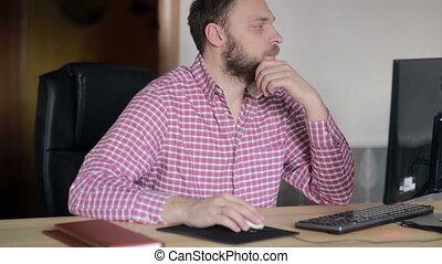 uomo, lavorando, uno, computer, in, uno, ufficio casa