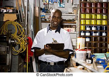 uomo, lavorativo, in, negozio stampa, vicino, mensole,...