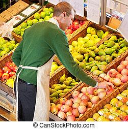 uomo, lavorativo, in, supermercato