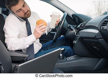 uomo, mangiare, cibo ingrassa, e, lavorativo, seduto, automobile