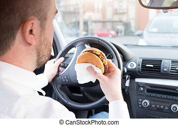 uomo, mangiare, cibo spazzatura, e, guida, seduto, automobile