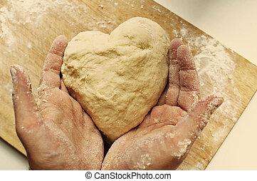 uomo, mani, presa a terra, casalingo, cuore ha modellato, pasta