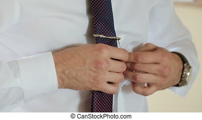 uomo, mette, su, cravatta, orologio, scarpa, jaket