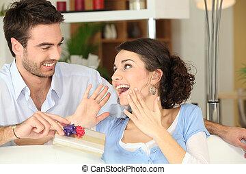 uomo, offerta, regalo, moglie
