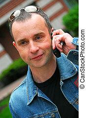 uomo parla, su, telefono cellulare