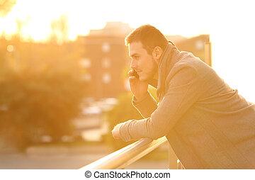 uomo parla, telefono, in, uno, balcone, in, inverno