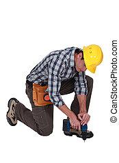 uomo, perforazione, buco, in, pavimento