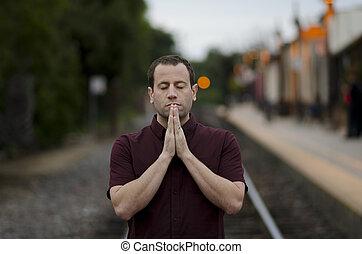 uomo, pregare, solo, a, uno, treno, stop.