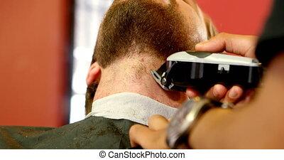 uomo, prendere, suo, barba, aggiustato, con, trimmer, 4k