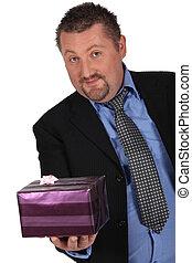 uomo, regalo, pacchetto
