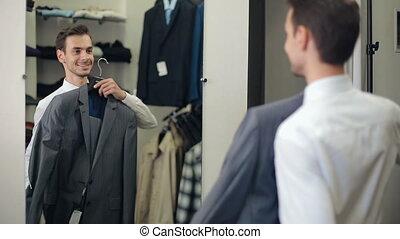 uomo, scegliere, uno, completo, a, deposito vestiti