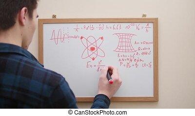 uomo, scrittura, e, disegno, formule, grafici, e, tabelle, con, pennarello, bianco, asse