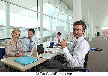 uomo sedia rotelle, lavorativo, in, un, ufficio