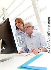 uomo senior, davanti, computer desktop