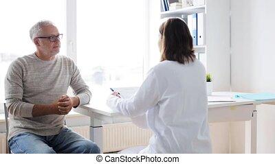 uomo senior, e, dottore, riunione, a, ospedale, 33