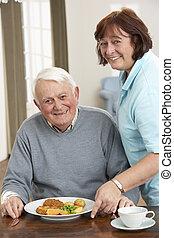 uomo senior, essendo, servito, pasto, vicino, carer