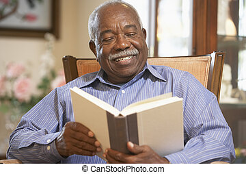 uomo senior, libro lettura