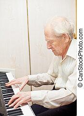 uomo senior, pianoforte esegue