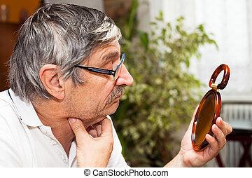 uomo senior, specchio