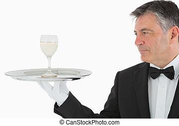uomo, servire, vetro vino, su, vassoio