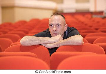 uomo, solo, in, auditorio
