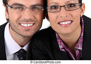 uomo sorridente, donna, il portare, paia, di, occhiali