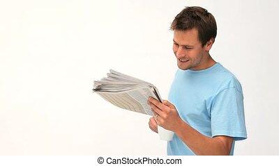 uomo sorridente, lettura giornale