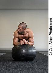 uomo, su, palla idoneità, esercitarsi, abs