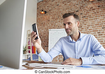 uomo telefono, davanti, computer