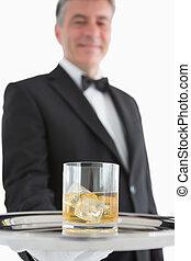 uomo, tenendo bicchiere, di, whisky, su, vassoio