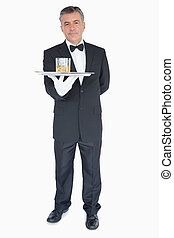 uomo, tenendo vassoio, con, occhiali, di, whisky