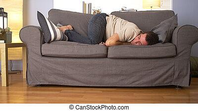 uomo, tentando, dormire, su, divano